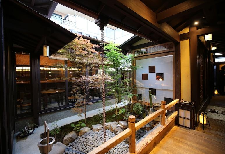 Roman kan, Kyoto, Courtyard