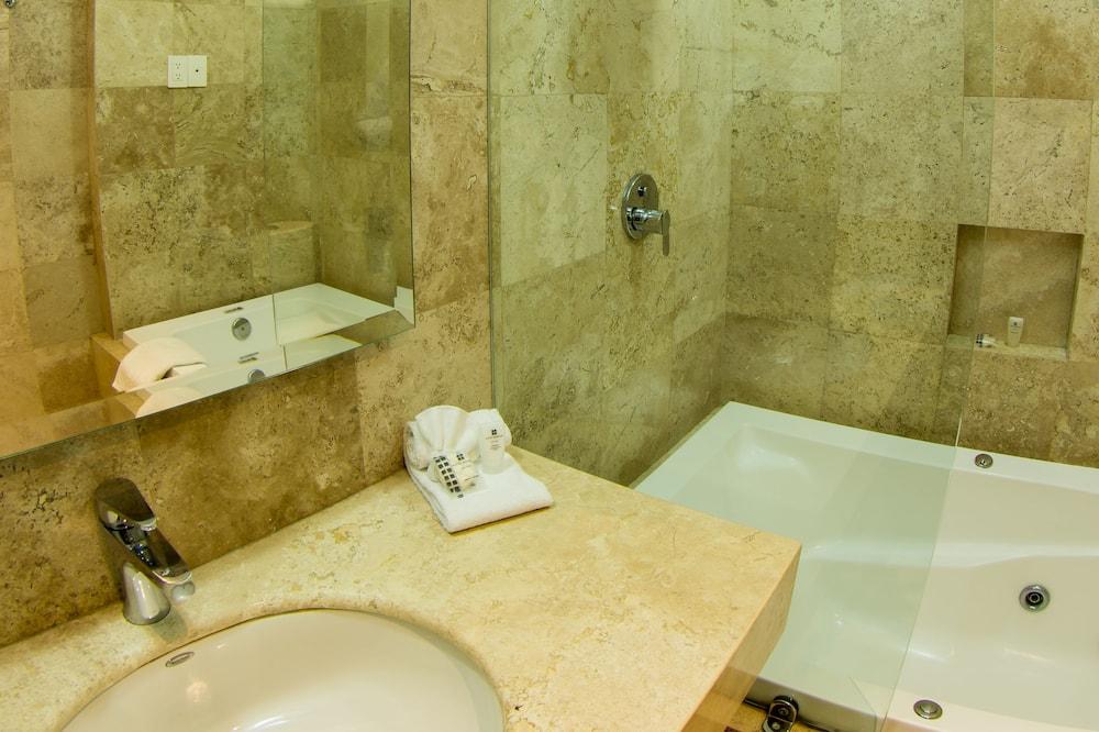 Phòng Suite Business, 1 giường cỡ king và sofa giường, Bồn tắm nước nóng - Phòng tắm