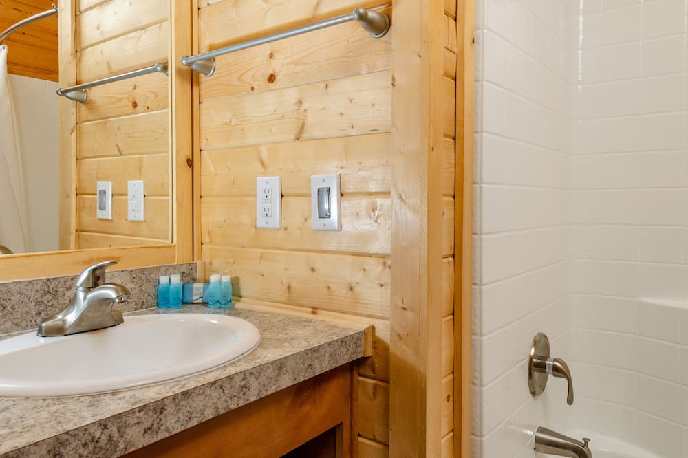 Cabin, 2 Bedrooms, Non Smoking, Kitchenette (Linens Included, Pets Allowed) - Bathroom