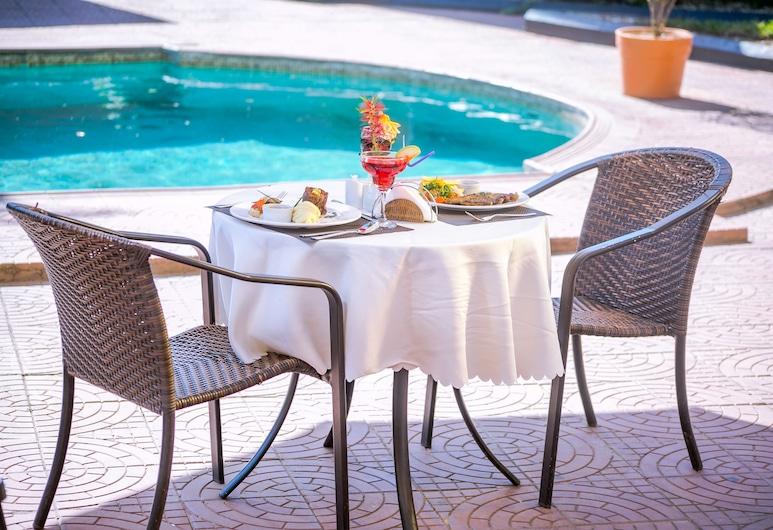 卡普隆納米卡酒店, 路沙卡, 室外用餐