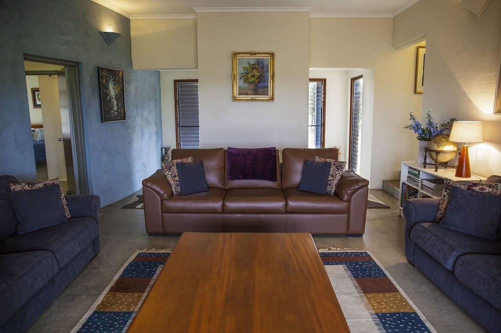 Premium House, 6 Bedrooms, Vineyard View, Poolside - Living Area