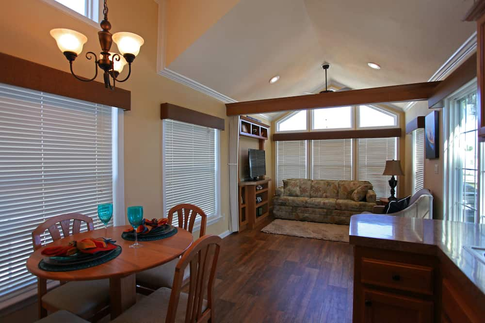 Cottage, 1 Queen Bed with Sofa bed, Non Smoking, Kitchen (Pets OK) - In-Room Dining