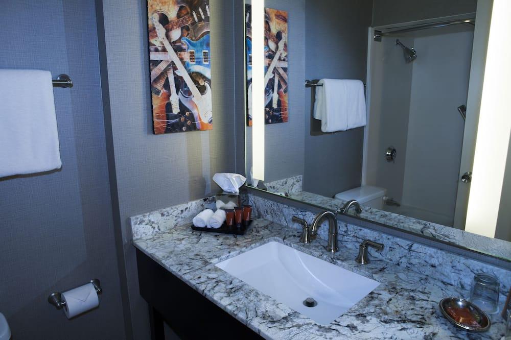 Room, 1 King Bed, Balcony - Bathroom