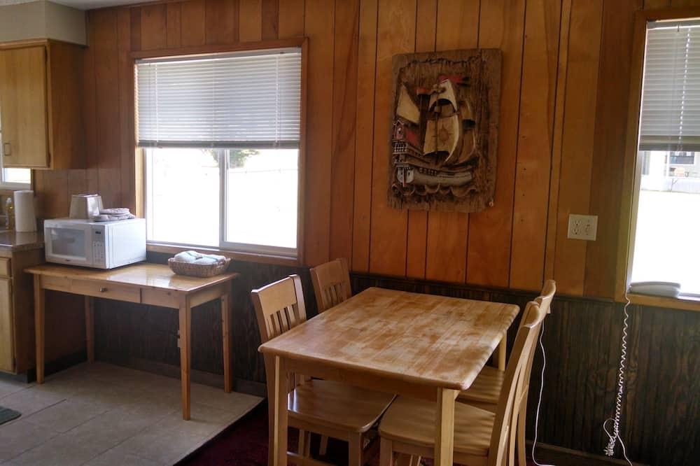 (E) Cottage, 2 Queen Beds, No View (No Pets) - تناول الطعام داخل الغرفة