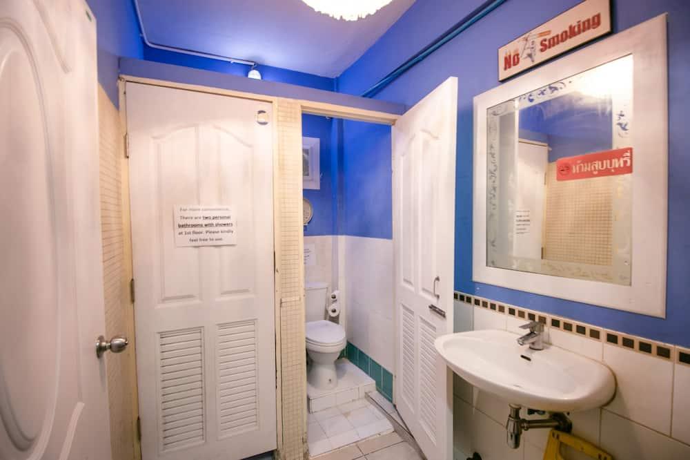 Aukštesnės klasės dvivietis kambarys, bendras vonios kambarys - Vonios kambarys