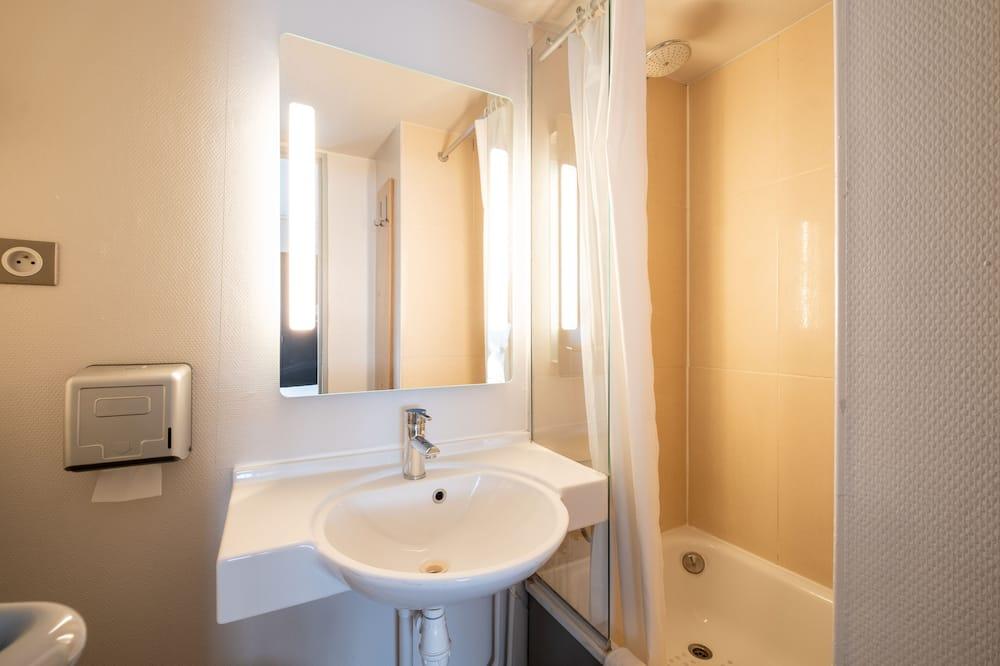 Quadruple Room, Non Smoking - Bathroom