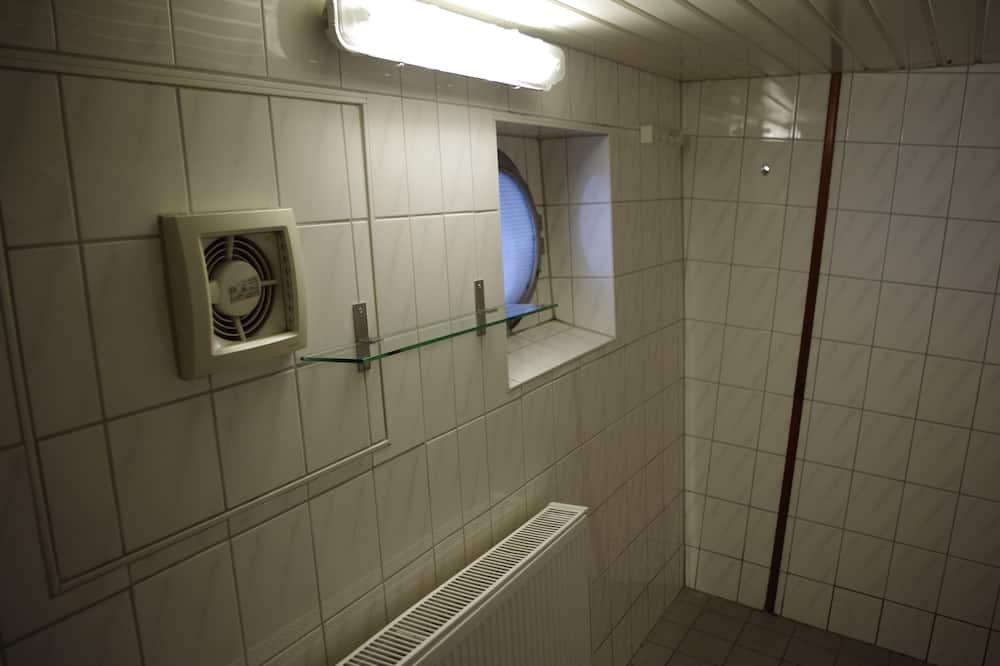 Загальне спальне приміщення, спільна ванна - Ванна кімната