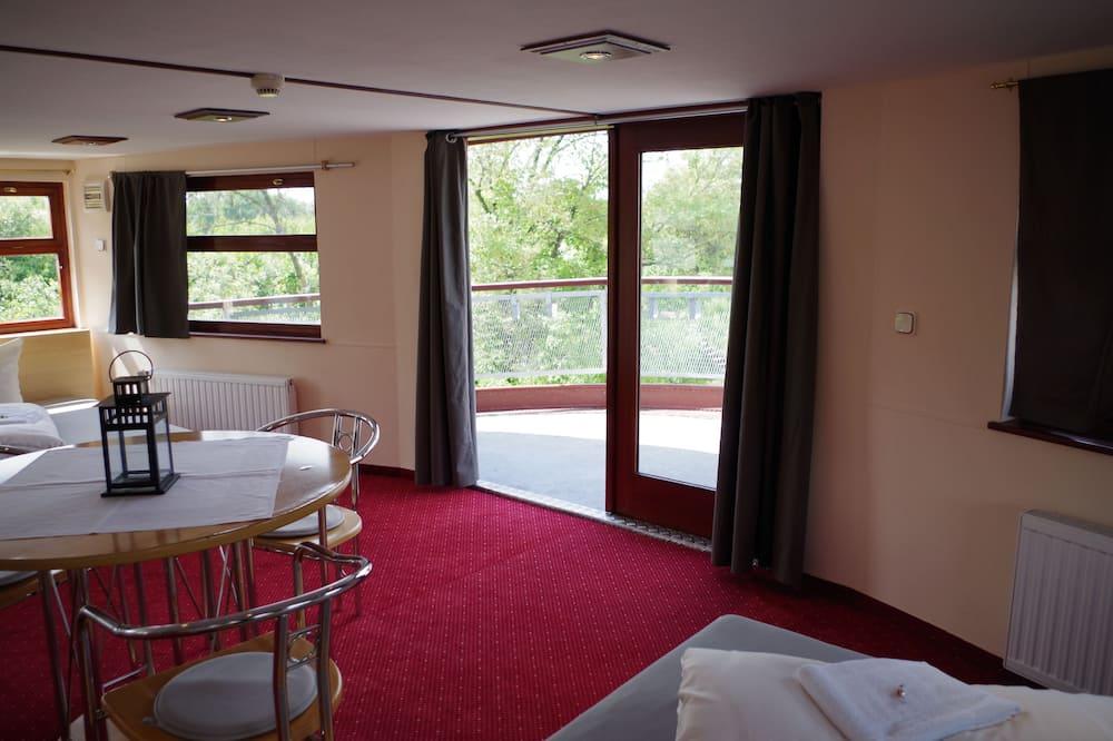 Загальне спальне приміщення, спільна ванна - Обіди в номері