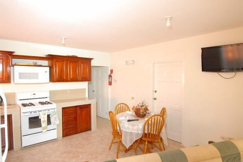 Liukso klasės apartamentai, 2 standartinės dvigulės lovos, iš miegamojo pasiekiamas vonios kambarys - Svetainės zona