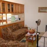Deluxe Apartment, 2 Double Beds, Ensuite, Garden View - Living Area