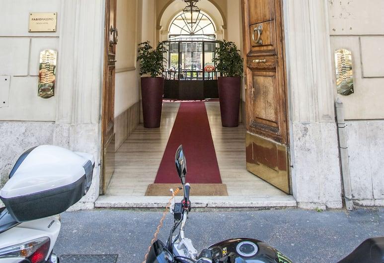Teatime, Rom, Hotellets indgang
