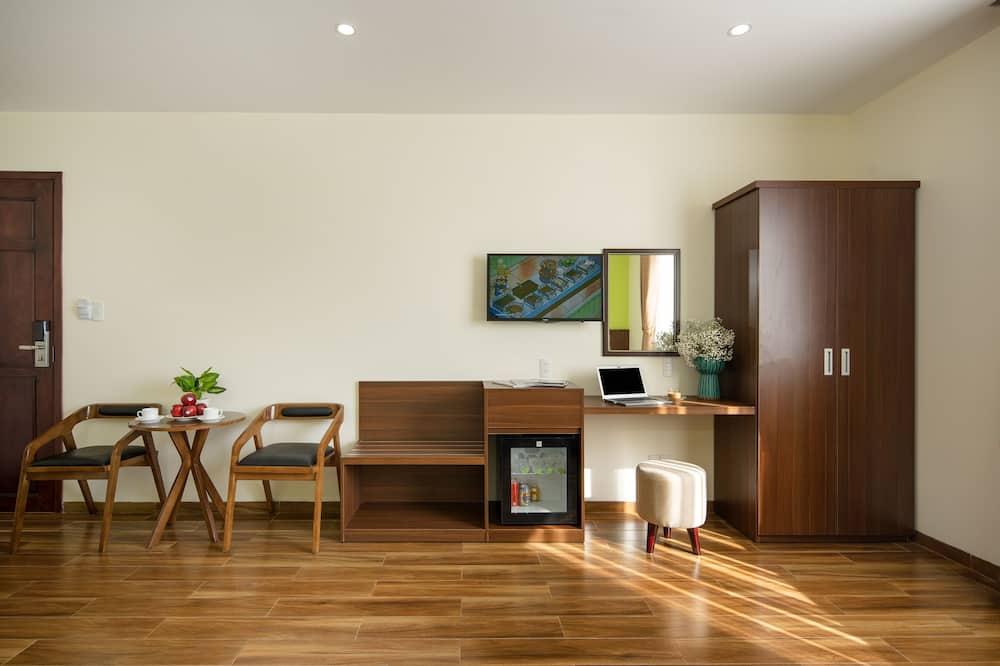 Deluxe Triple Room, 1 Bedroom, City View - Living Area
