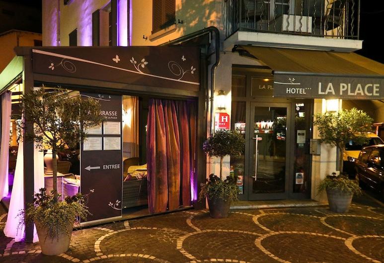 La Place, Antibes, Hotellets facade - aften/nat