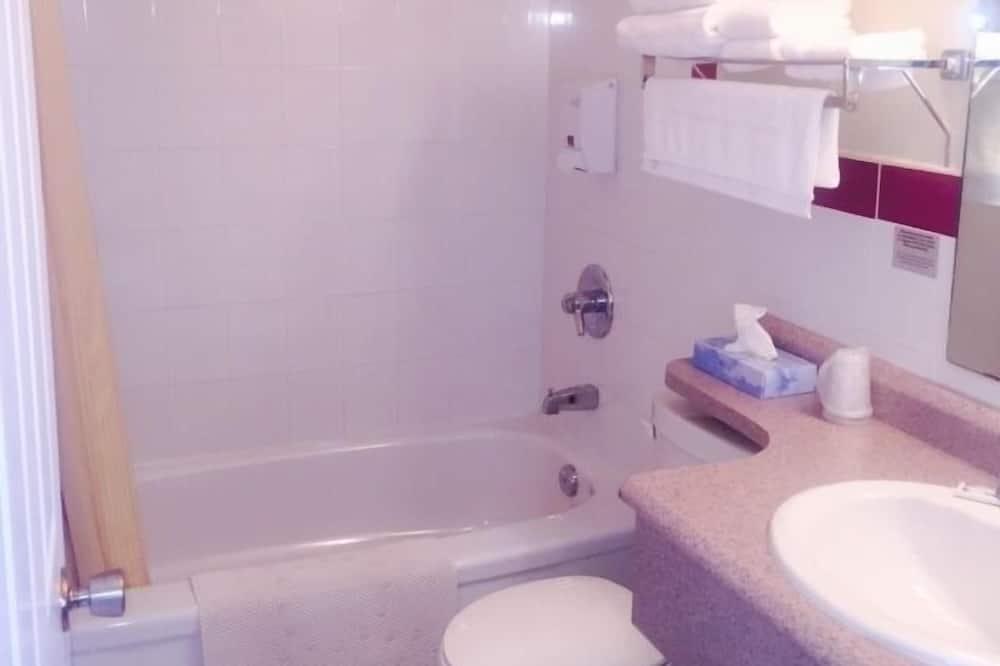 Room, 2 Double Beds, Fridge, Lake View - Badrum