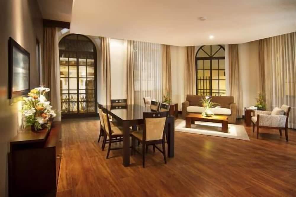 Deluxe Suite, 1 Bedroom, City View, Corner - Living Area