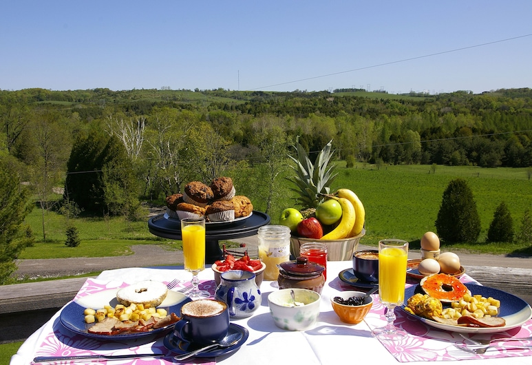 Our Valley View Bed & Breakfast, Clarington, Dinerruimte buiten