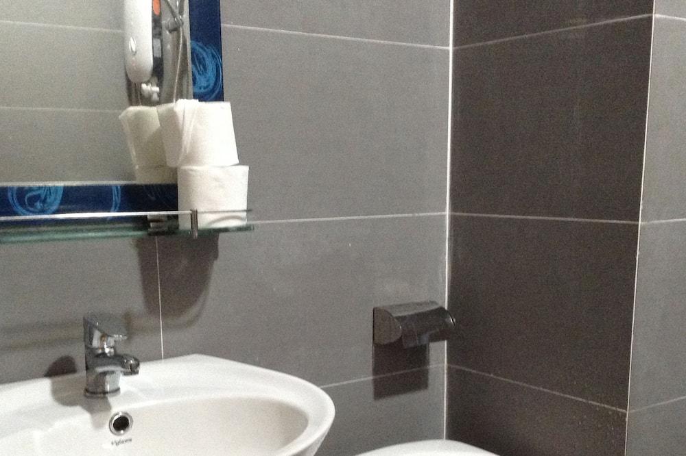 Basic-Doppelzimmer, Gemeinschaftsbad - Badezimmer