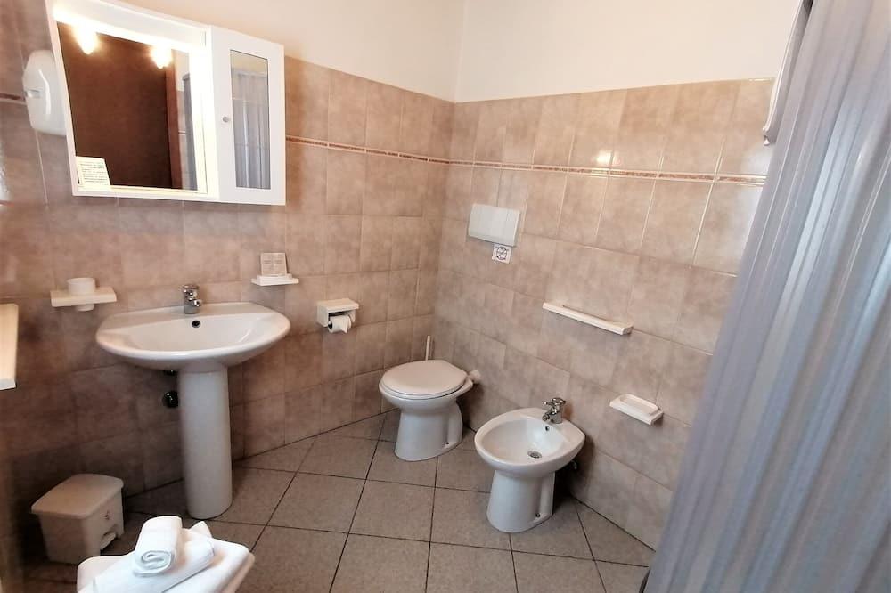 Pokoj Classic s dvojlůžkem, výhled do zahrady - Koupelna