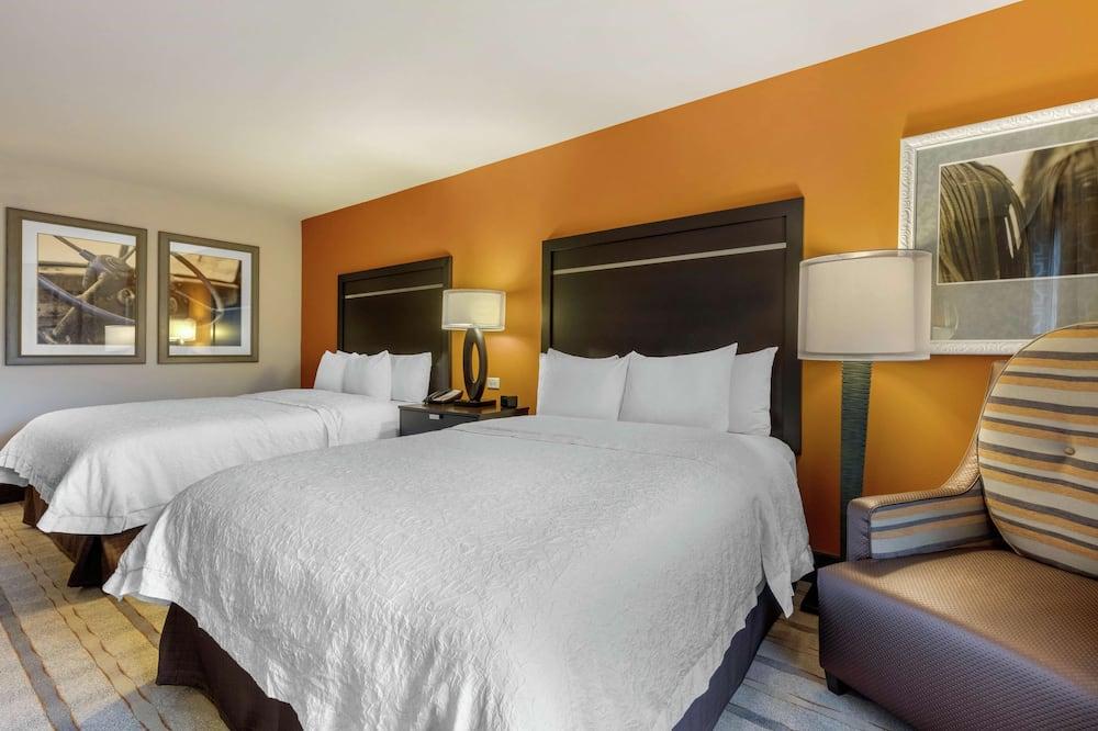 ห้องพัก, เตียงควีนไซส์ 2 เตียง, ปลอดบุหรี่, ตู้เย็น - พื้นที่นั่งเล่น