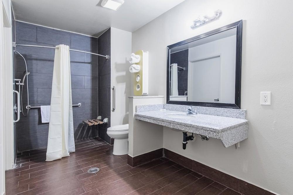 חדר דה-לוקס, 2 מיטות קווין, למעשנים, מקרר ומיקרוגל - חדר רחצה