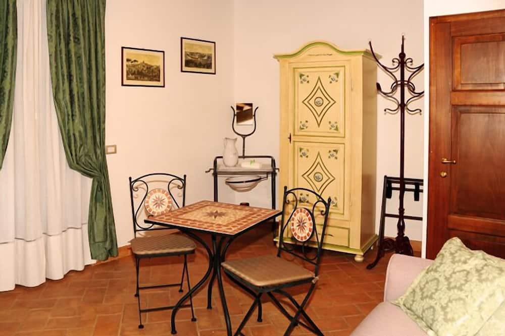 Suite Studio Familiale, 1 lit double et 1 canapé-lit, vue ville, côté cour intérieure - Coin séjour