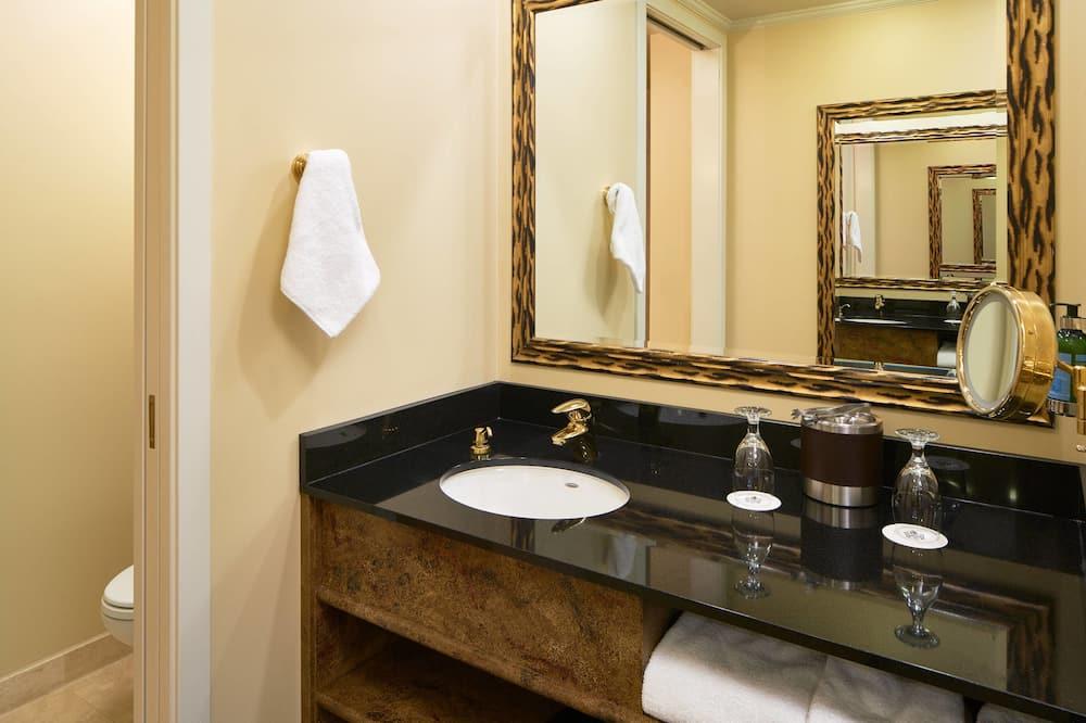 Deluxe Room, 2 Queen Beds, Non Smoking, Tower - Bathroom