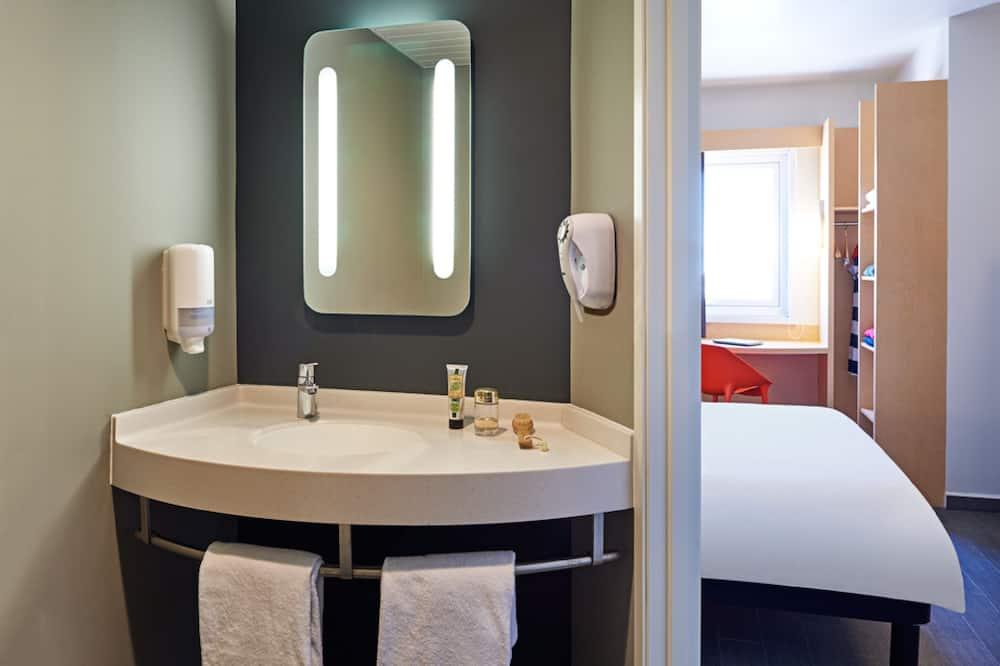 Štandardná dvojlôžková izba, 1 dvojlôžko - Umývadlo v kúpeľni