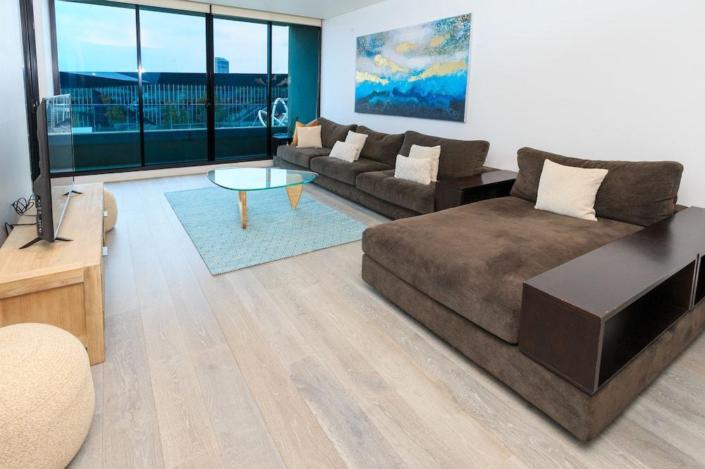 エグゼクティブ アパートメント 3 ベッドルーム リバービュー - リビング エリア