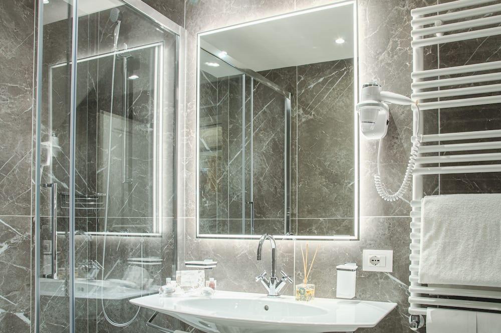 高級三人房, 城市景 - 浴室