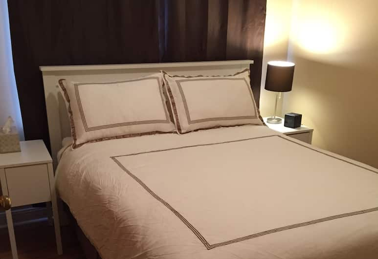 Give Me A Break Bed & Breakfast, Ottawa, Standard Room, 1 Queen Bed, Shared Bathroom, Guest Room