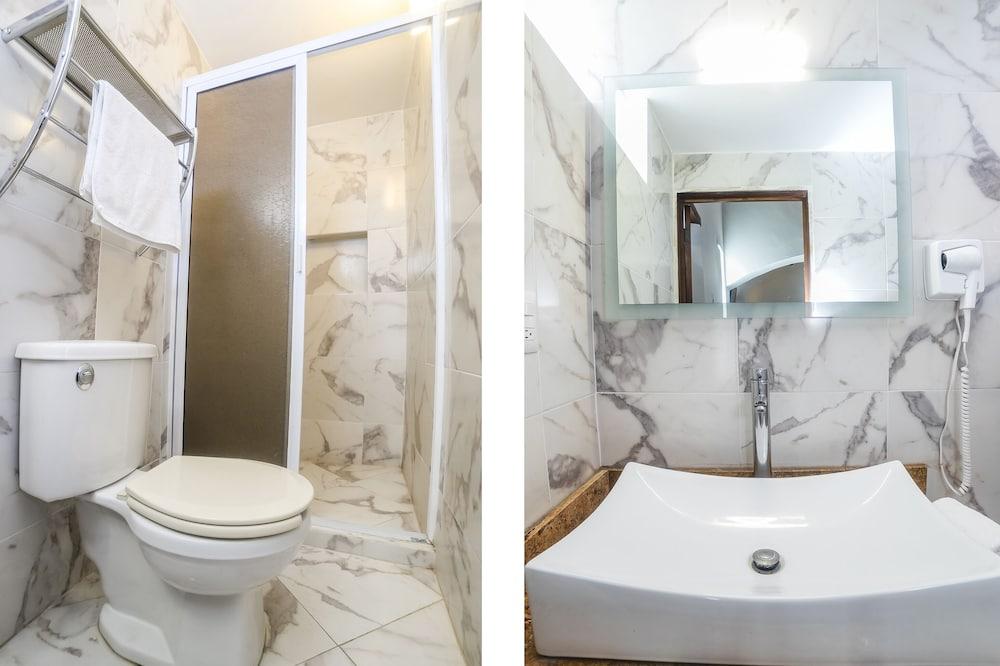 Улучшенный четырехместный номер, Несколько кроватей - Ванная комната