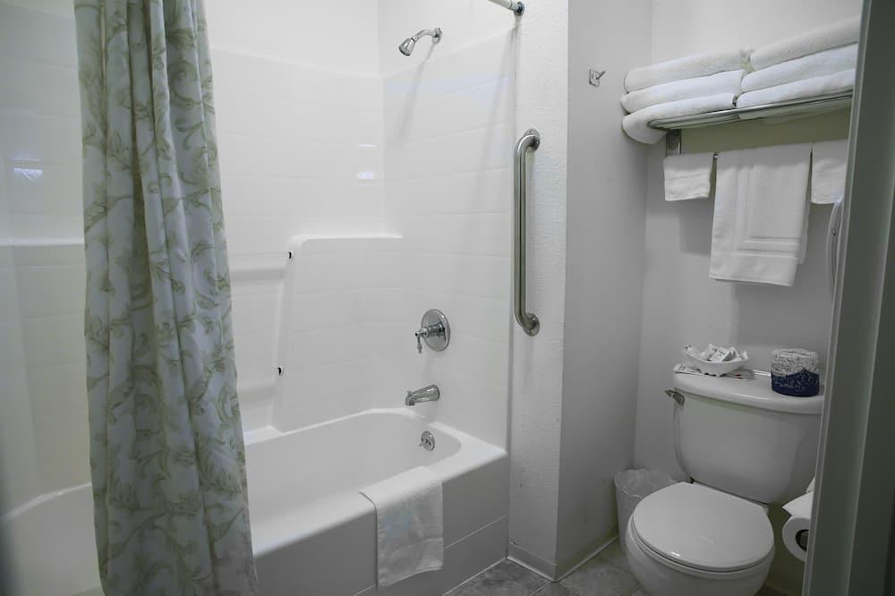 Numeris su pagrindiniais patogumais, Kelios lovos, šaldytuvas ir mikrobanginė krosnelė - Vonios kambarys