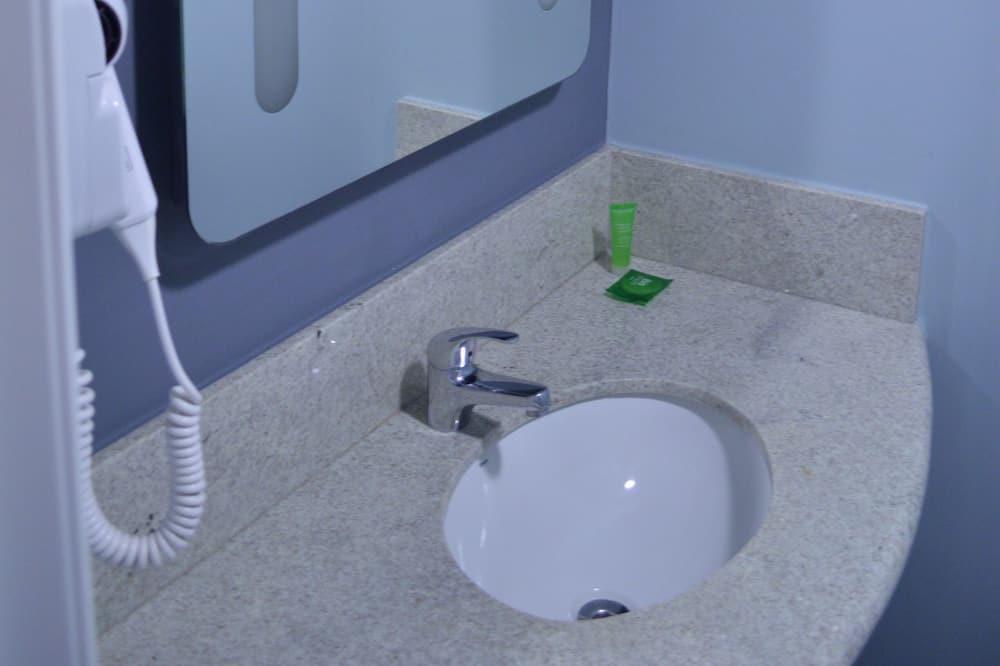Standard Twin Room, 2 Twin Beds - Bathroom Sink