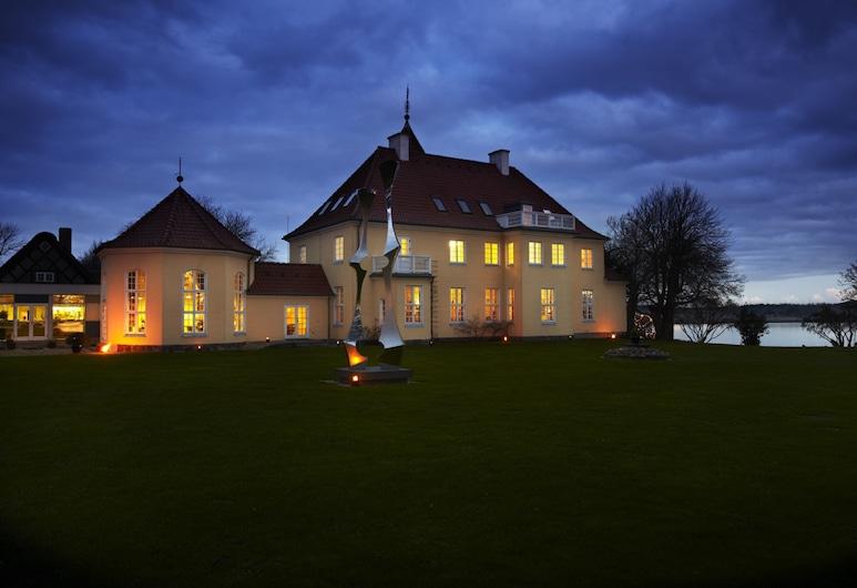Gl. Avernæs Sinatur Hotel & Konference, Ebberup, Hotelfassade am Abend/bei Nacht