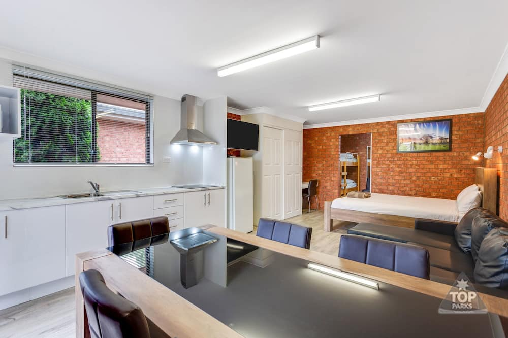 Улучшенный люкс, 2 спальни, для некурящих, мини-кухня (Deluxe Villa 1 queen and 5 bunks ) - Номер