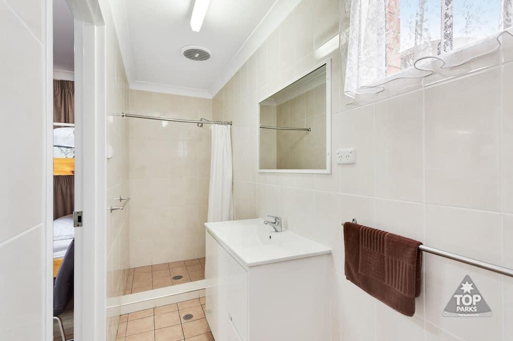 Улучшенный люкс, 2 спальни, для некурящих, мини-кухня (Deluxe Villa 1 queen and 5 bunks ) - Ванная комната