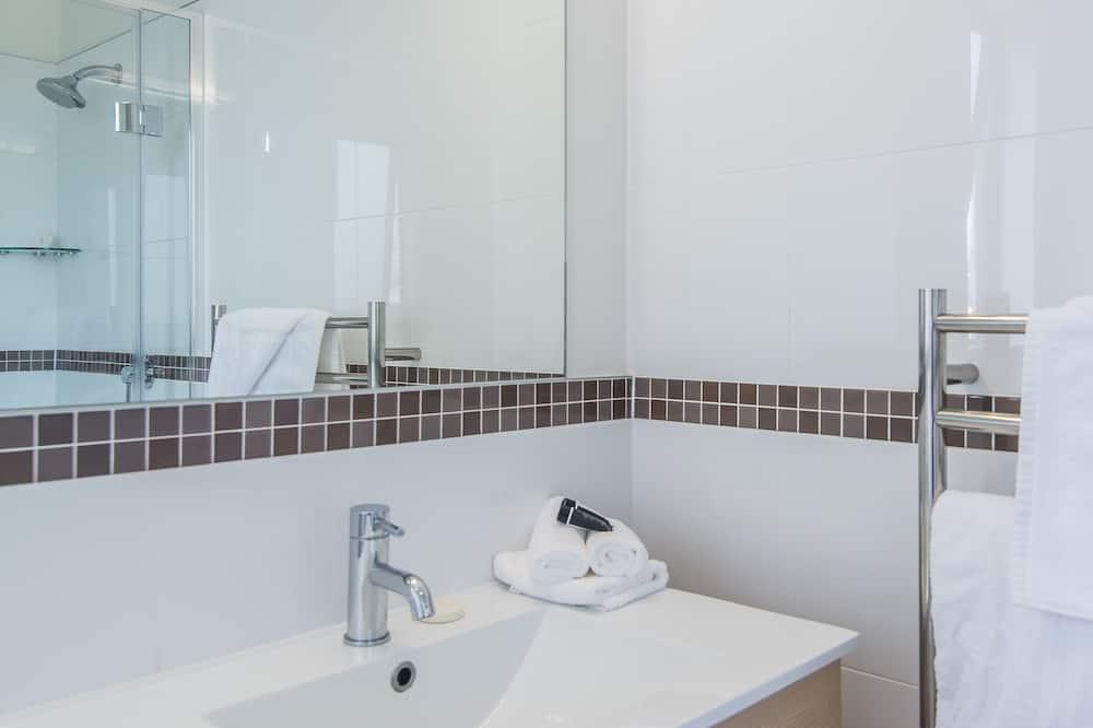 Executive Studio, Non Smoking, Kitchenette (Executive Queen) - Bathroom