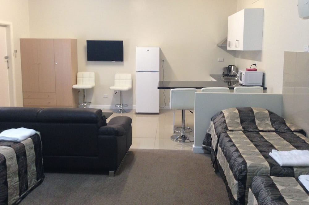 Family Room, Non Smoking, Kitchenette (Large Family Room) - Living Area