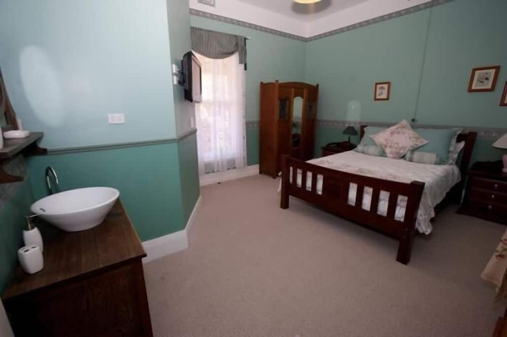 Premium Double Room, 1 Queen Bed, Ensuite (Lara Morgan Room) - Living Area