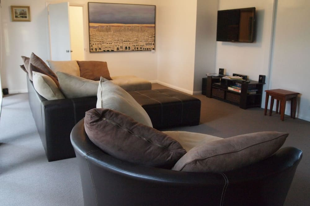 3 Bedroom Townhouse - 2x Queens & 1x Double (Warrnambool May Race Carnival Special) - Living Room
