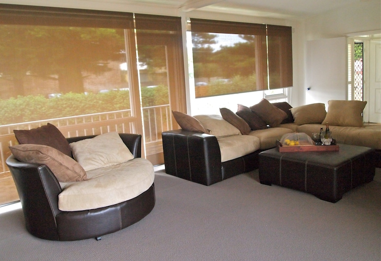 Warrnambool Cbd Townhouses, Warrnambool, 3 Bedroom Townhouse - 2x Queens & 1x Double (Warrnambool May Race Carnival Special), Living Room