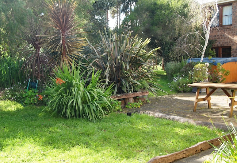 Farmhouse Flat Pet Friendly, Warrnambool, Garden