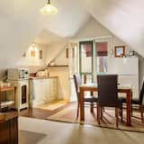 Traditional Apartment, 2 Bedrooms, Kitchenette, Mountain View - Living Area