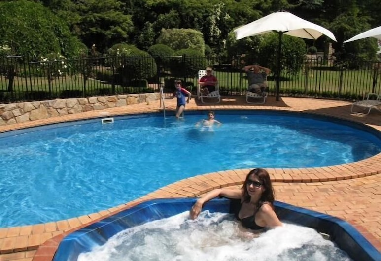 Chestnut Tree Holiday Apartments, Bright, Outdoor Pool
