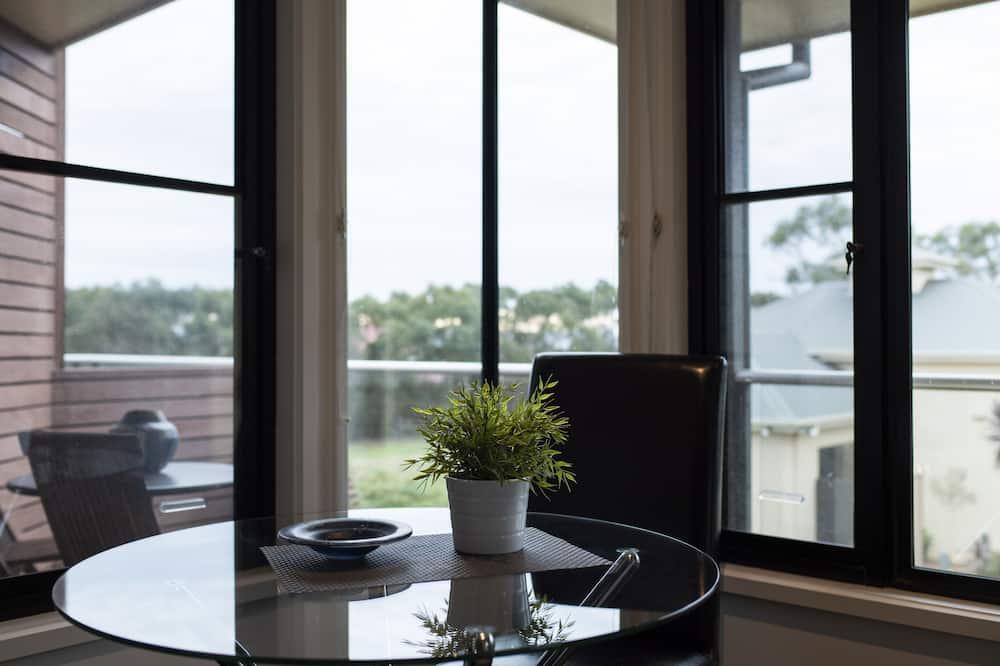 Апартаменти «Делюкс», 1 спальня, для некурців, кухня (Queen Room Upstairs) - Обіди в номері