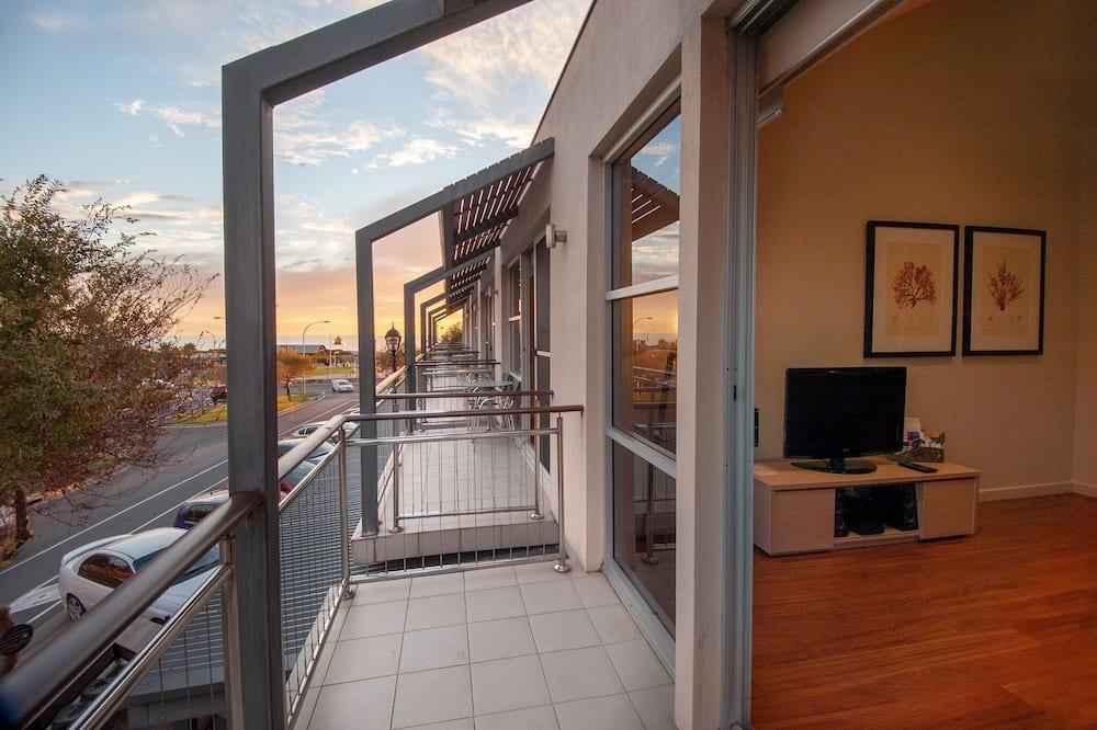 Liukso klasės apartamentai, 2 miegamieji, virtuvė, dalinis vaizdas į jūrą - Balkonas