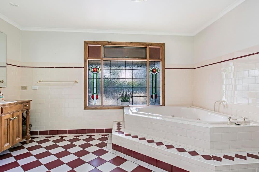 Memory Lane Escape – Multi Bedroom Apartment - Deep Soaking Bathtub