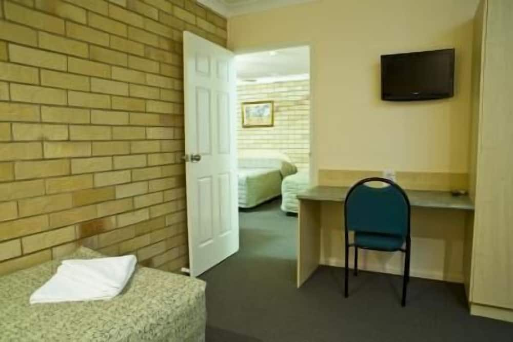 Standard Room, 1 Queen Bed, Non Smoking, Kitchenette (Choice Queen & Single) - Living Area