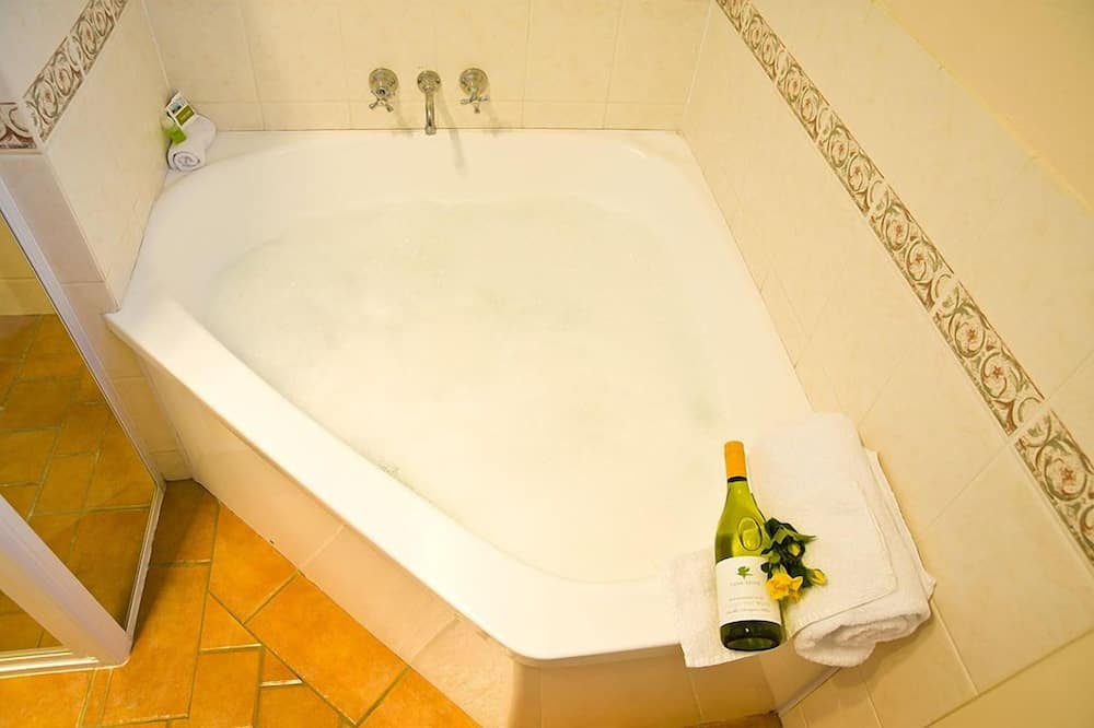 Standard Room, 1 Queen Bed, Non Smoking, Kitchenette (Choice Queen & Single) - Jetted Tub