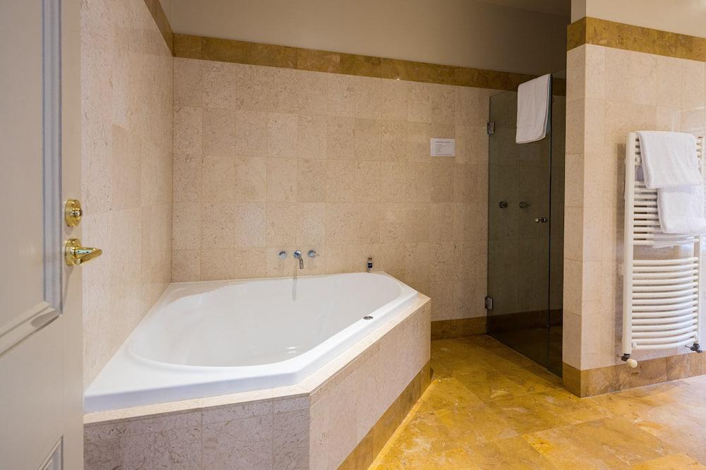 ห้องสแตนดาร์ด, อ่างน้ำวน - ห้องน้ำ
